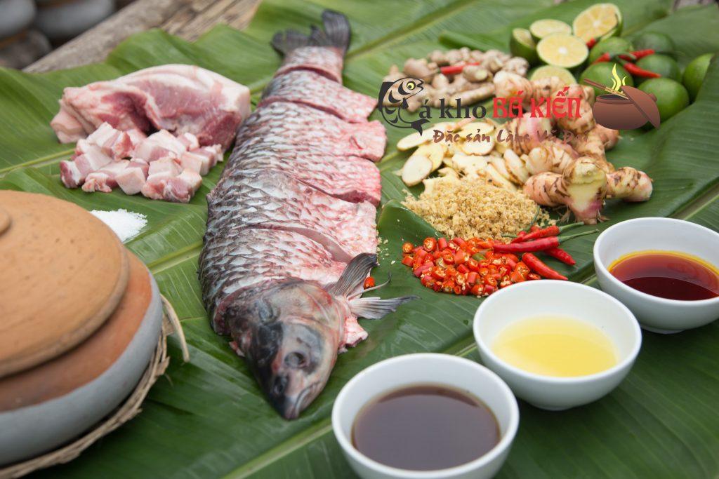 Cá trắm đen nuôi ốc trọng lượng tối thiểu 3kg trở lên mới đạt tiêu chuẩn, cùng 16 loại gia vị khác nhau đã tạo nên món cá kho làng vũ đại có hương vị đặc biệt