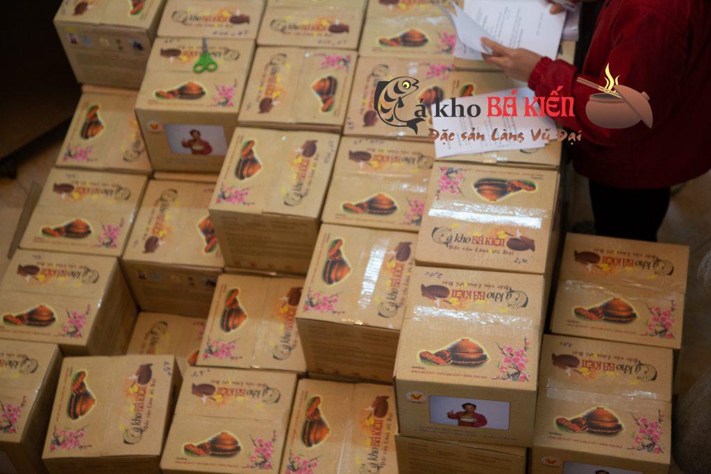hàng trăm niêu cá kho đã được đóng hộp chờ vận chuyển đến tận tay khách hàng
